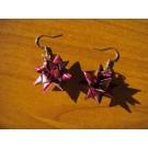 Glänzende Weihnachtssternhänger in weinrot