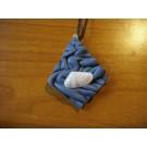 Lederkette drachenförmig aus blauem Leder mit Muschel