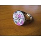 Ring rund aus einem perlmutfarbenem Knopf mit Blüten