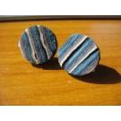 Stecker rund aus blauem, weißen und türkisen Leder