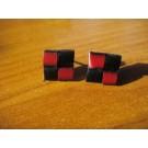 Stecker quadratisch aus rotem und schwarzem Leder