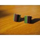 Stecker quadratisch aus grünem und brombeerfarbenem Leder